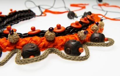 © P. Denis parure en cuir lin et perles bois
