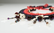 © P. Denis parure en cuir lin coton, vertèbres et perles de verre