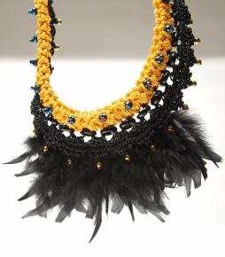 © P. Denis parure en cuir coton plumes et perles de verre