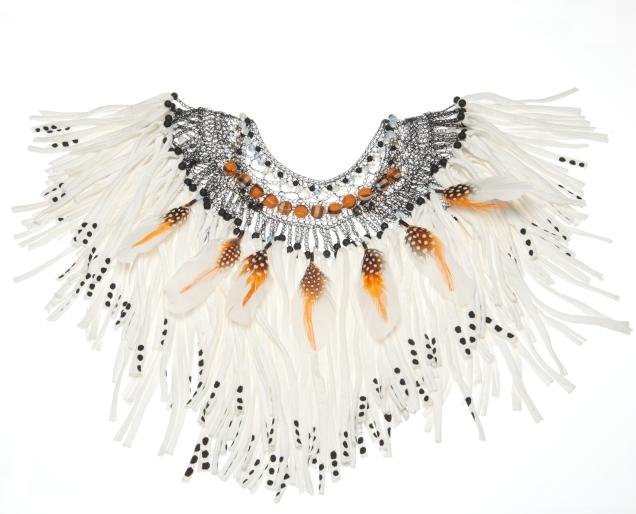 © P. Denis parure en métal coton plumes et perles de verre